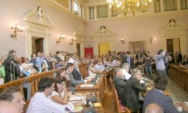 Caos in consiglio comunale, intervengono i vigili