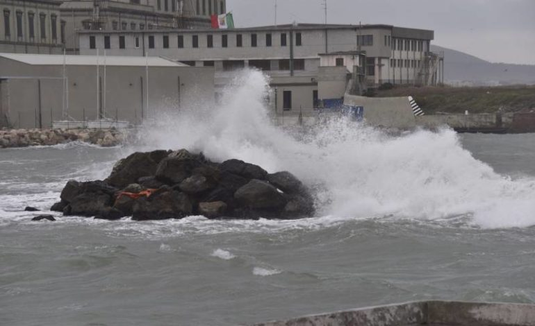 Libeccio causa danni sul lungomare (Video)