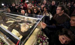 Reliquie di Padre Pio in chiesa. Gran folla di fedeli