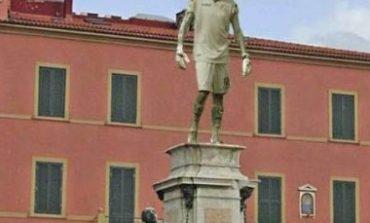 Pisa: Pinsoglio sulla statua al posto di Ferdinando