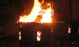 Cassonetti in fiamme nella notte