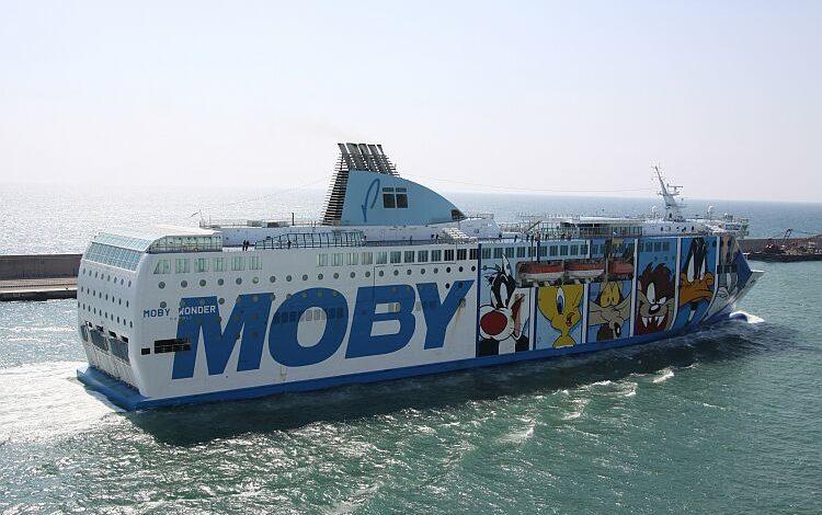 Traghetto in cantiere si inclina: tre marittimi rimasti feriti