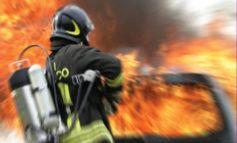 Bus di linea in fiamme, si salvano gli occupanti