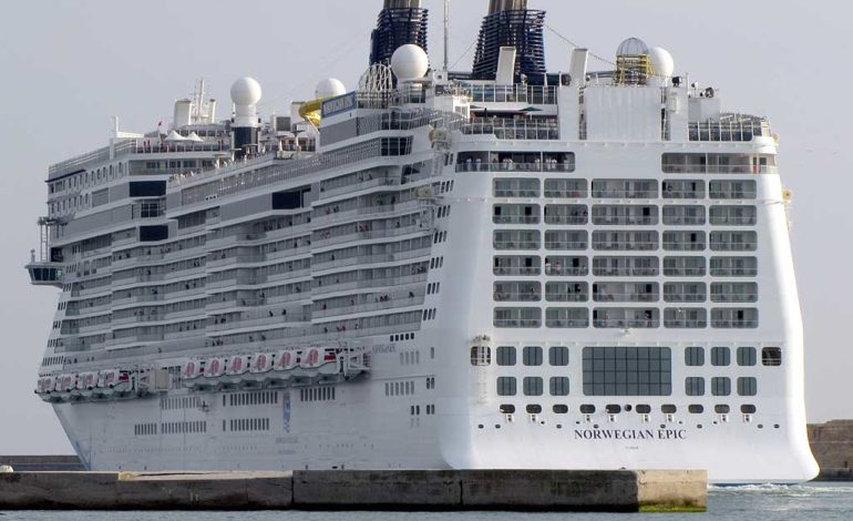 Porto: 6 mega navi da crociera all'ormeggio