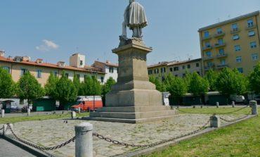 Piazza Garibaldi, bambini addobbano l'albero di natale