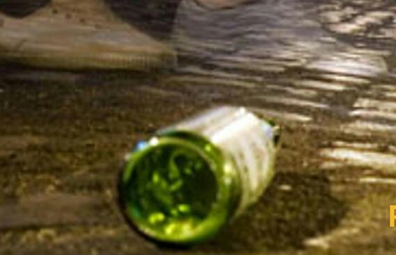 Protesta per il troppo chiasso nella notte: gli lanciano contro una bottiglia
