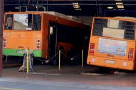 Investito da uno scuolabus mentre fa' le pulizie: grave dipendente della Cooplat