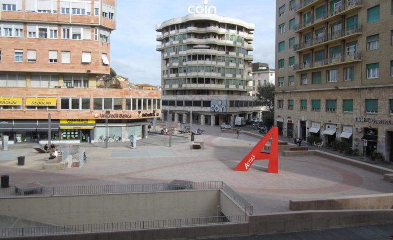 Tragedia in piazza Attias. Uccide la ex moglie, poi si toglie la vita