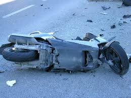 Incidente tra auto e scooter: due 26enni feriti