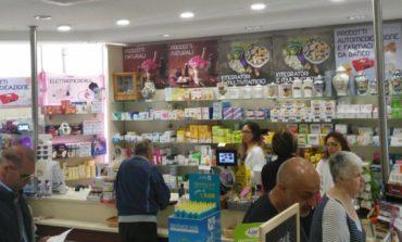 Sfondano la farmacia con un tombino, via mille euro