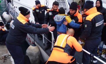 La Guardia costiera di Livorno salva 13 migranti nel mar Egeo