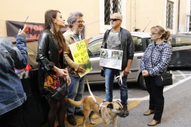 Giustizia per Snoopy. Protesta degli animalisti davanti al Tribunale