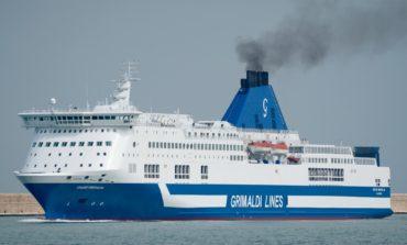 Traghetto urta un pilone: viaggio annullato, protestano i passeggeri