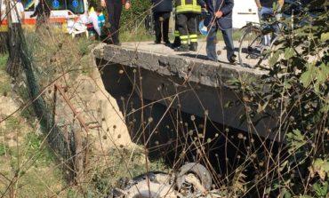 Con l'auto dentro il canale, ottantenne riesce a salvarsi con le proprie gambe
