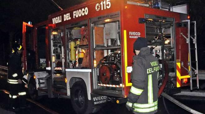 Minicar distrutta dalle fiamme