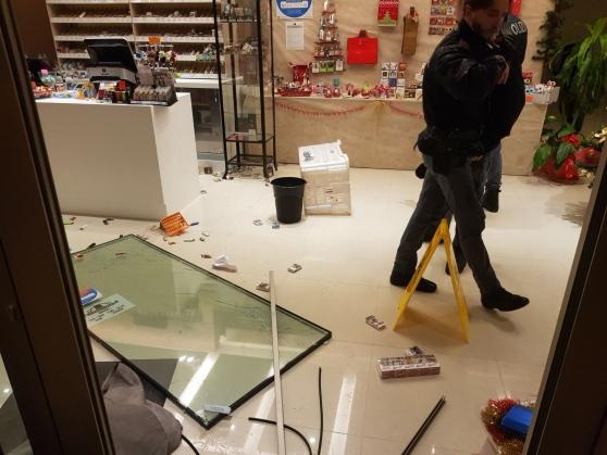 Si apposta vicino al negozio e sventa una rapina