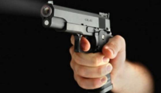 Punta pistola alla tempia della cliente incinta