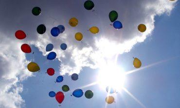 Palloncini al cielo per ricordare Jacopo
