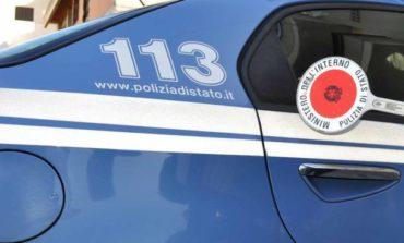 Aggredisce poliziotto che lo sorprende a rubare un'auto