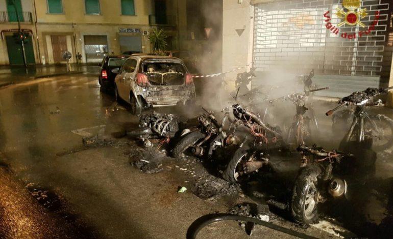 A fuoco due auto e 14 scooter