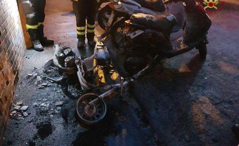 Auto e scooter a fuoco nella notte