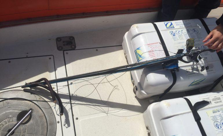 Pescava con il fucile tra i bagnanti. Maximulta per 45enne livornese