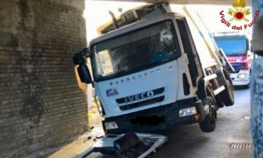 Camion rifiuti si incastra in sottopasso