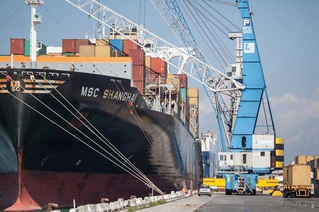 In porto arriva la gru più grande d'europa