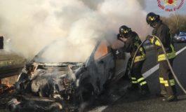 Auto in fiamme su l'A12, salva famiglia livornese