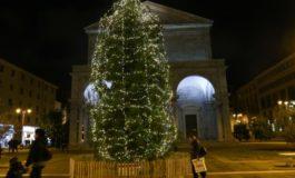 Acceso l'albero di Natale in piazza Grande