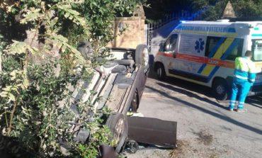 Auto si capovolge in via delle Pianacce