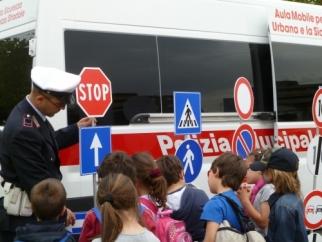 """La Polizia Municipale in piazza per """"Educare alla legalità"""""""