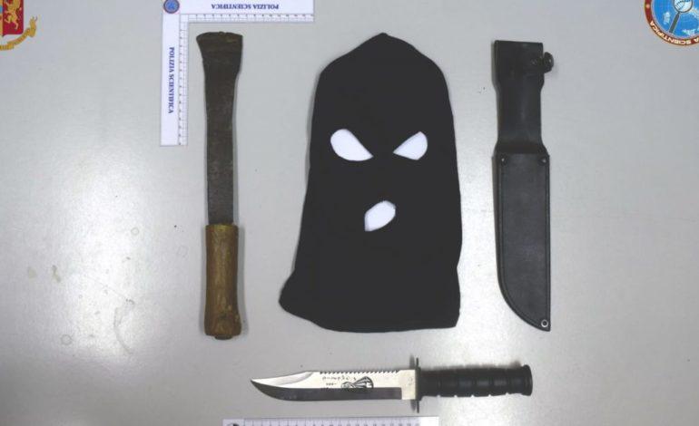 Per strada con passamontagna e coltello, denunciato falso detectiv