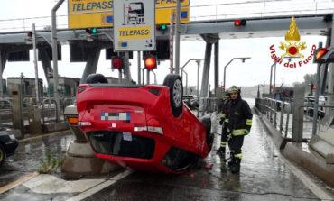 Auto si ribalta davanti al casello, illesa la conducente