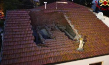 Crolla tetto di palazzina a Stagno