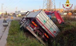 Via Firenze: camion si ribalta dopo aver urtato la volta del sottopasso