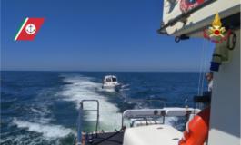 Imbarcazione rischia di affondare in alto mare , intervengono Capitaneria e Vigili del Fuoco