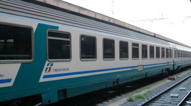 Sul treno brandisce mazzuolo contro i passeggeri, 58enne denunciato dalla Polizia ferroviaria