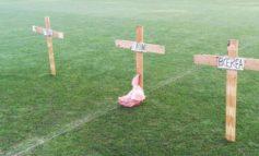 Stadio: tre croci e una testa mozzata di maiale in mezzo al campo
