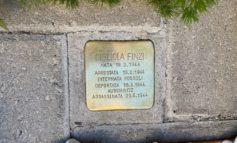 Pietra di inciampo per la piccola Gigliola Finzi uccisa ad Auschwitz, emozione tra i presenti