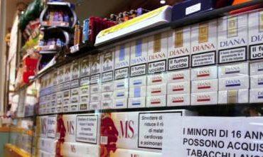 Ruba carta di credito per comprare le sigarette, denunciato 26enne