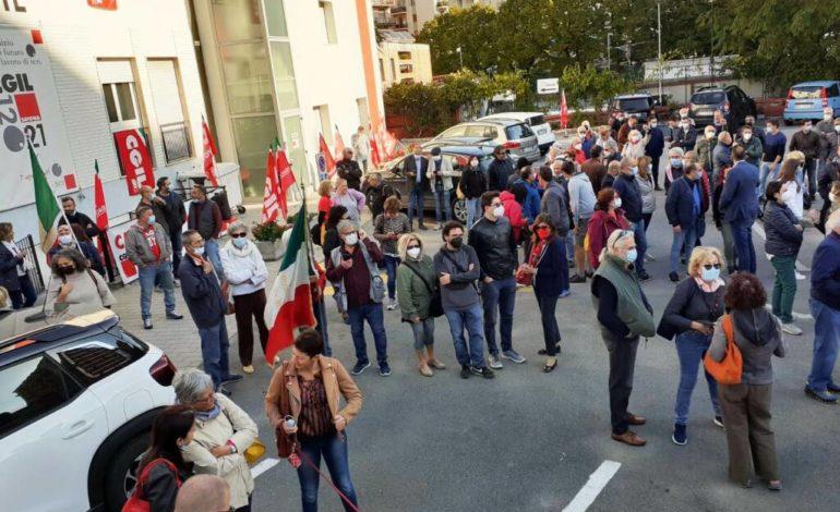 Attacco a Cgil Piombino, sede dei pensionati vandalizzata